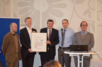 Jörg Deusinger übergibt BSI-Zertifikat an BMWK